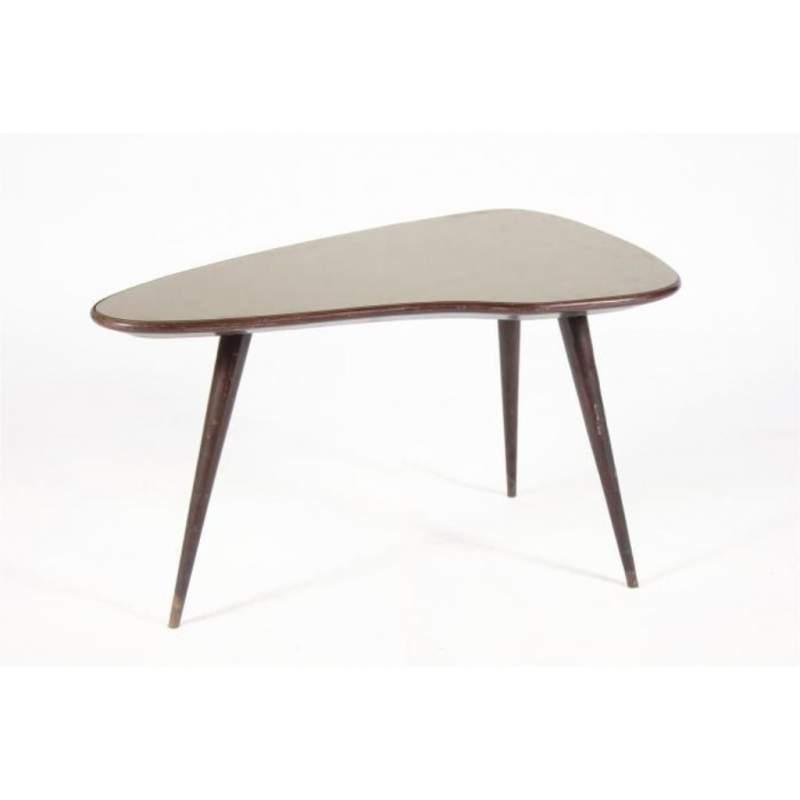 Tavolino basso sagomato in palissando con vetro, tre gambe, cm.95x49x61, Italia anni '50
