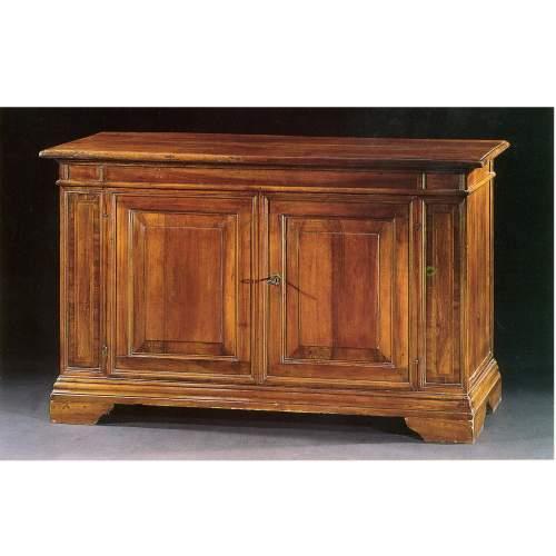 CREDENZE venete (coppia ), massello di noce con intarsi nelle lesene, h.cm.105x175x58, Veneto XVII sec.
