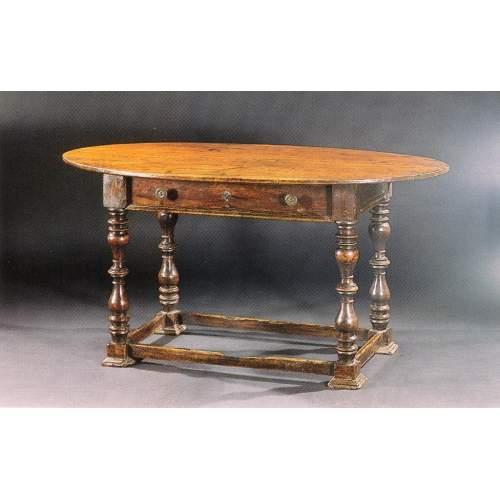 Tavolo  Scrittoio ovale | masselo di noce | gambe a rocchetto | h.cm.78x153x90 | Veneto XVII sec.