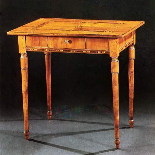 Tavolino Luigi XVI, lastronato in noce,intarsiato in palissandro-ciliegio,cassettino, cm.79x84x64, inizi sec. XIX