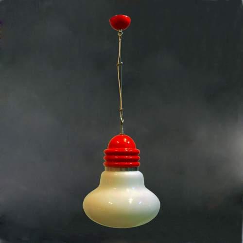 Piero Brombin per Artemide, lampadario a lampadina, metallo laccato, diffusore in vetro lattimo, cm.100x30, anni 70.
