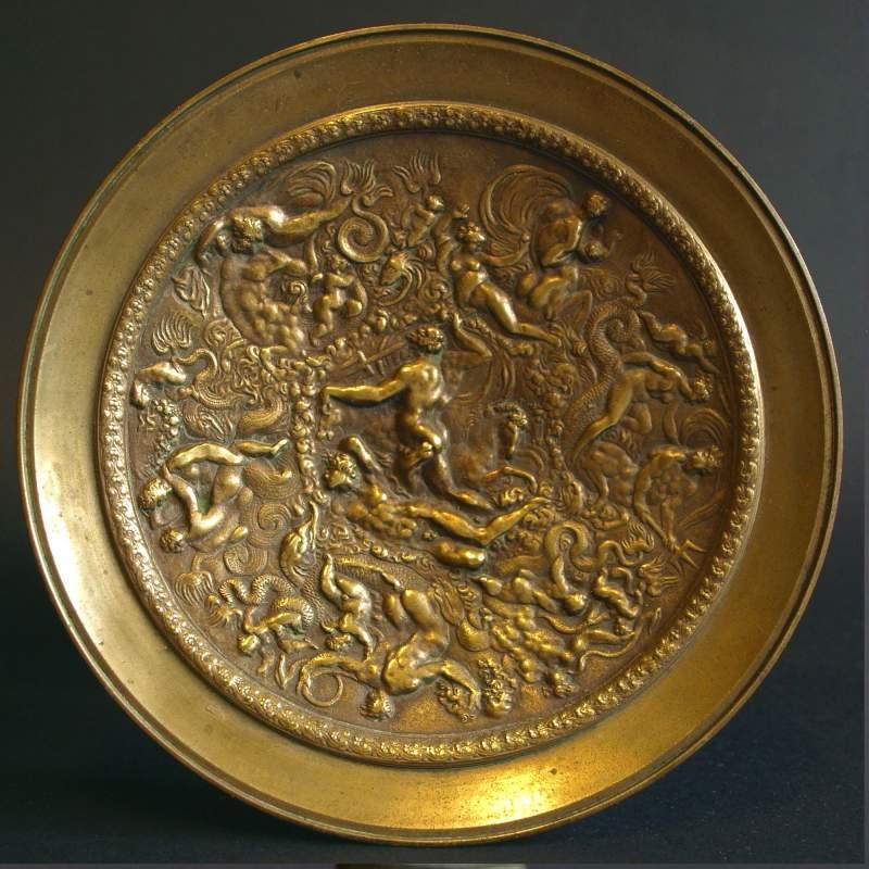"""Alzatina """"scena mitologica """", bronzo dorato, cm.17x17, base in marmo nero, Ottocento,particolare"""