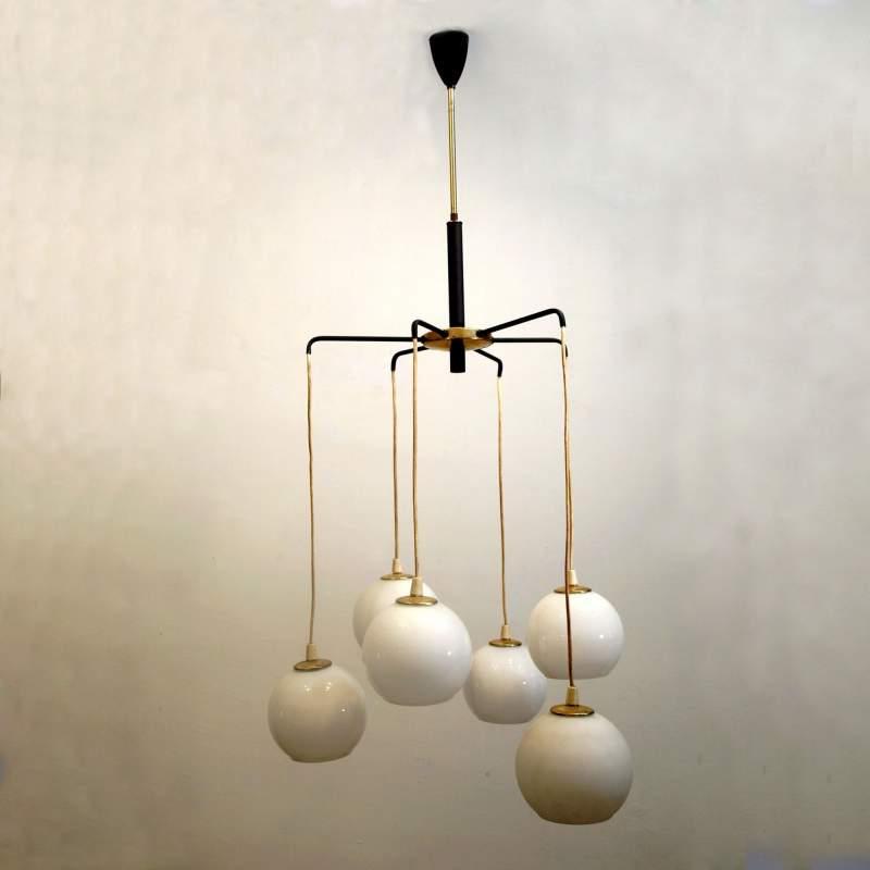 Stilnovo, lampadario a sei luci, metallo laccato nero e ottone, diffusori sferici in vetro lattimo,h. cm.100, anni 50