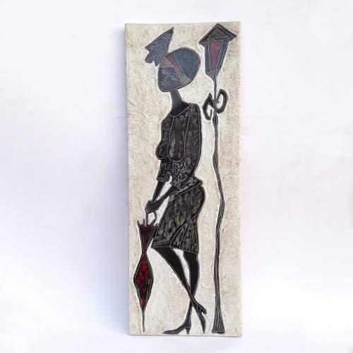 """ANNI """" figura femminile con ombrello e lampione""""pannello, smalti neri e colori su fondo lavico bianco, h.cm ,marchio, anni '50"""
