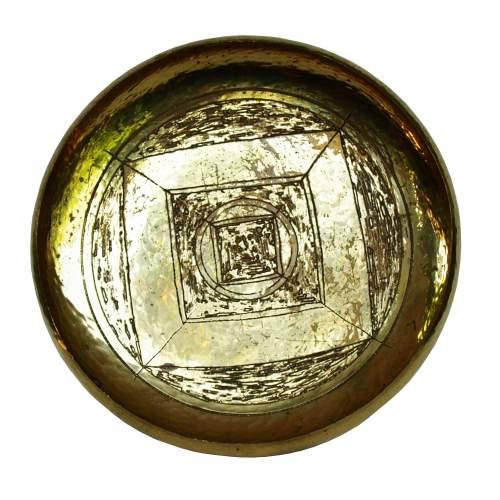 Cavallini, centrotavola in ottone sbalzato, alto bordo concavo, decoro a righe a quadri e cerchi, cm.5x26 Ø, anni 50/60