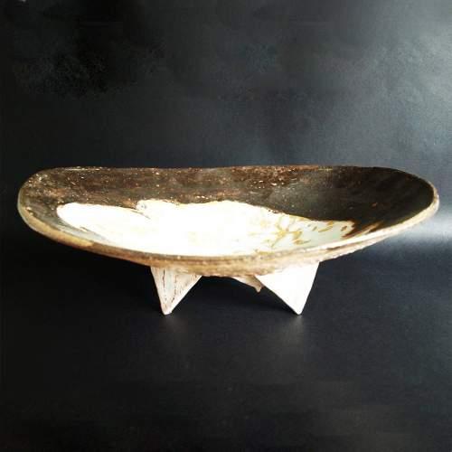 Guido Dragani | ciotola-scultura | in ceramica con tre triangoli in rilievo  e smalti policromi | h. cm.15,5x39