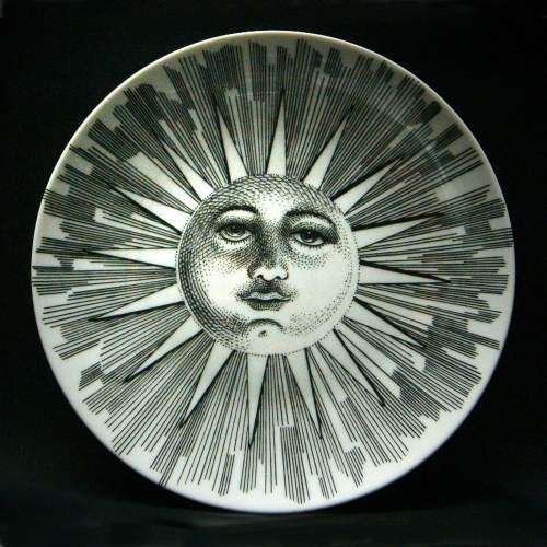 PIERO FORNASETTI, piatto in porcellana, della serie Soli e Lune, Ø_cm.26, anni 70