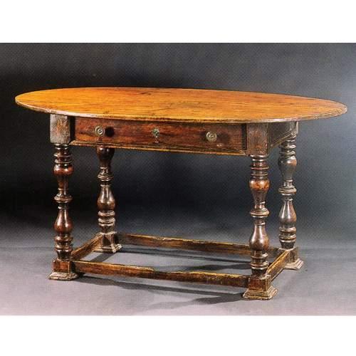 TAVOLO / SCIVANIA ovale, masselo di noce, gambe a rocchetto, h.cm.78x153x90, Veneto XVII sec.
